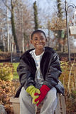 Afrikaans Amerikaans mannelijk kind dat in openlucht speelt Stock Fotografie