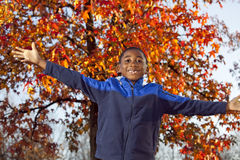 Afrikaans Amerikaans mannelijk kind dat in openlucht speelt Royalty-vrije Stock Foto