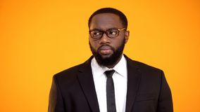 Afrikaans-Amerikaans mannetje die in pak, zicht en oftalmologie opzij kijken stock foto