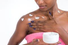 Afrikaans Amerikaans meisje die gezichtsskincareproduct toepassen Stock Afbeelding