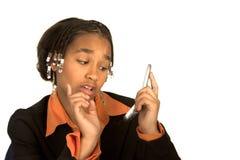 Afrikaans-Amerikaans meisje met een celtelefoon stock afbeeldingen