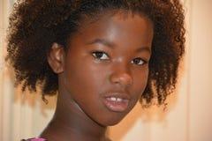 Afrikaans Amerikaans Meisje met Natuurlijk Haar en Vrije Make-up Stock Fotografie