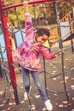 Afrikaans Amerikaans meisje op speelplaats stock afbeelding