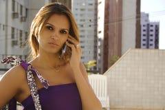 Afrikaans Amerikaans meisje op telefoon stock foto