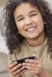 Afrikaans Amerikaans Meisjeskind die Smat-Telefoon met behulp van stock afbeeldingen