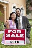 Afrikaans Amerikaans Paar & Huis voor Verkoop Verkocht Teken Royalty-vrije Stock Foto's