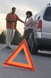 Afrikaans Amerikaans Paar in Bespreking over Gebroken Auto Stock Foto's