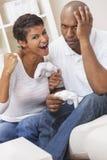 Afrikaans Amerikaans Paar dat het VideoSpel van de Console speelt Stock Foto's