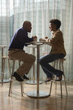 Afrikaans-Amerikaans Paar dat Koffie heeft bij Koffie stock fotografie