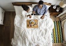 Afrikaans Amerikaans paar die ontbijt in bed hebben royalty-vrije stock fotografie