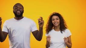 Afrikaans-Amerikaans paar die samen voelend ritme van muziek, achtergrond dansen stock footage