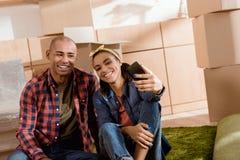 Afrikaans Amerikaans paar die selfie op smartphone nemen stock afbeeldingen