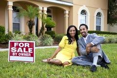 Afrikaans Amerikaans Paar door Huis voor het Teken van de Verkoop Stock Afbeeldingen