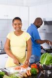 Afrikaans Amerikaans paar in keuken Royalty-vrije Stock Afbeelding