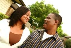 Afrikaans Amerikaans Paar met Achtergrond 2 van het Huis Royalty-vrije Stock Afbeelding