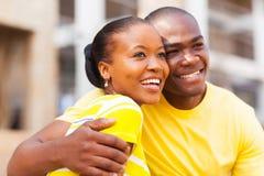 Afrikaans Amerikaans paar in openlucht stock fotografie