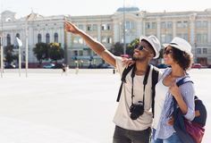 Afrikaans-Amerikaans paar van toeristen die in stad bezienswaardigheden bezoeken royalty-vrije stock fotografie