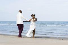 Afrikaans Amerikaans paar worden die die bij een eiland wordt gehuwd royalty-vrije stock fotografie