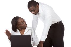 Afrikaans Amerikaans volwassen studentenpaar door laptop Royalty-vrije Stock Foto's