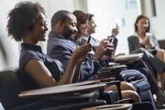 Afrikaans Amerikaans Vrouwenmeisje Texting op de Luchthaven van de Celtelefoon royalty-vrije stock fotografie