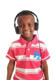 Afrikaans Amerikaans zwart kind dat aan muziek luistert Royalty-vrije Stock Afbeeldingen