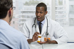 Afrikaans-Amerikaanse arts die geduldig raadplegen, horizontaal Stock Afbeeldingen
