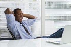 Afrikaans-Amerikaanse bedrijfsmens die een horizontale onderbreking nemen, Royalty-vrije Stock Foto