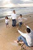 Afrikaans-Amerikaanse familie die aan papa op strand loopt Stock Foto's