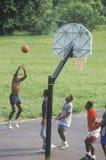 Afrikaans-Amerikaanse jongeren die straatbasketbal spelen, royalty-vrije stock afbeeldingen