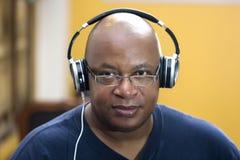 Afrikaans-Amerikaanse kerel met hoofdtelefoons die camera bekijken royalty-vrije stock afbeeldingen