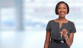 Afrikaans-Amerikaanse makelaar in onroerend goedvrouw met sleutel Stock Foto's