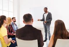 Afrikaans-Amerikaanse mens die presentatie in bureau doen stock foto