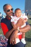 Afrikaans-Amerikaanse mens die zijn kleindochter houdt stock afbeeldingen