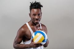 Afrikaans-Amerikaanse mens met volleyball stock fotografie