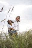 Afrikaans-Amerikaanse moederdochter die bij strand lacht stock fotografie