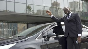 Afrikaans-Amerikaanse tevreden mens die zijn droom vervulde en luxeauto kocht stock videobeelden