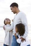 Afrikaans-Amerikaanse vader en twee kinderen op strand stock afbeelding