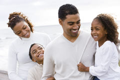 Afrikaans-Amerikaanse vader en twee kinderen op strand Royalty-vrije Stock Foto