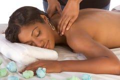Afrikaans-Amerikaanse vrouw die massage in kuuroord krijgt Stock Afbeelding