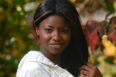 Afrikaans-Amerikaanse vrouw met mooie glimlach stock afbeeldingen