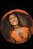 Afrikaans-Amerikaanse vrouwen tuitende lippen. stock foto's