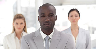 Afrikaans-Amerikaanse zakenman met twee collega's Stock Foto