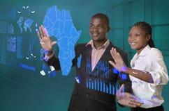 Afrikaans commercieel team die aan virtuele touchscreen werken stock afbeelding