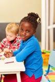 Afrikaans meisje als leerling terwijl het schilderen royalty-vrije stock afbeeldingen