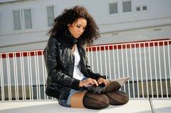 Afrikaans meisje dat laptop in s met behulp van Royalty-vrije Stock Fotografie