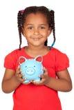 Afrikaans meisje met een blauwe piggy-bank stock afbeeldingen