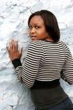 Afrikaans meisje omhoog tegen een muur Royalty-vrije Stock Foto's