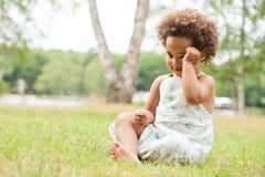 Afrikaans meisje op het gras stock afbeelding