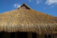 Afrikaans met stro bedekt dak royalty-vrije stock fotografie