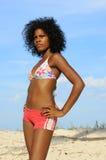 Afrikaans model op het strand stock afbeeldingen